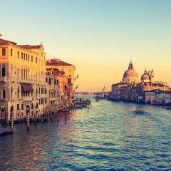 MUSICALIA - VENISE ET LA VALLEE DU PO - Du 26 avril au 02 mai 2020 - Au fil du Pô, vibrez en musique le temps d'une croisière D'exception jusqu'au cœur de Venise ! Admirez la lagune, ensorcelante par le calme de ses eaux et les splendides panoramas qu'elle offre. Voguez sur le canal Bianco et le Pô à la découverte des joyaux des cités de Padoue, Vérone et ses mythiques amants, mais aussi de Crémone sur les traces du plus célèbre des luthiers : Antonio Stradivarius. Pour ce « voyage d'Italie », si symbolique de la quintessence de l'art musical, Christian Merlin, musicologue renommé et critique musical au Figaro, vous proposera de passionnantes conférences et un fabuleux plateau d'artistes, composé du pianiste Yoan Héreau, du violoncelliste Henri Demarquette avec son Stradivarius ensorcelant, de la guitare passionnée, lyrique et virtuose d'Emmanuel Rossfelder et de la sublime voix de la soprano Raquel Camarinha, rythmera votre croisière dans les plus belles pages musicales des compositeurs amoureux de la Cité des Doges : Vivaldi, Corelli, Respighi, Mozart, Liszt, Paganini, Verdi, Mahler, Wagner…