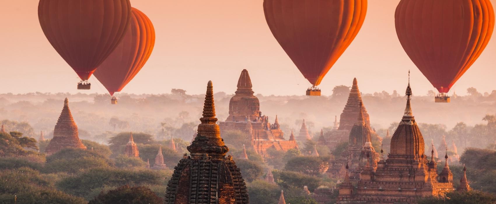 Birmanie - Ballon survolant la pagode bagan au coucher de soleil au Myanmar