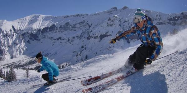 Un skieur sur une piste de ski